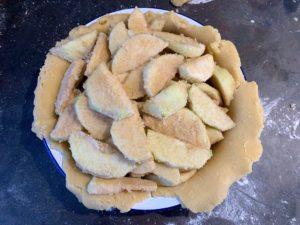 Eplepaifyllet og butterdeigen ligger i formen, klar til å få topplokket over.