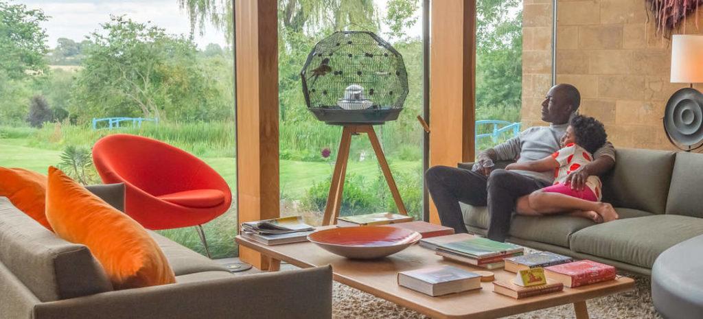 Geo fuglebur tar seg godt ut i hjemmet og gjør at familien kan komme nærmere fuglene sine.