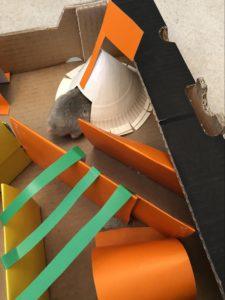 Hamsteren har nå funnet frem til tipi-teltet og spiser belønningen sin!