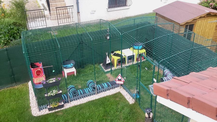 To luftegårder montert sammen til en L-løsning åpner for mye plass og fleksibilitet.
