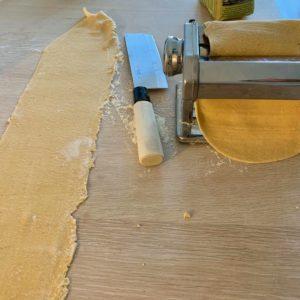 Hjemmelaget pasta: pastamaskinen benyttes for å flate deigen ordentlig ut. Dette kan gjøres selv med kjevle, men kan være litt tidkrevende.