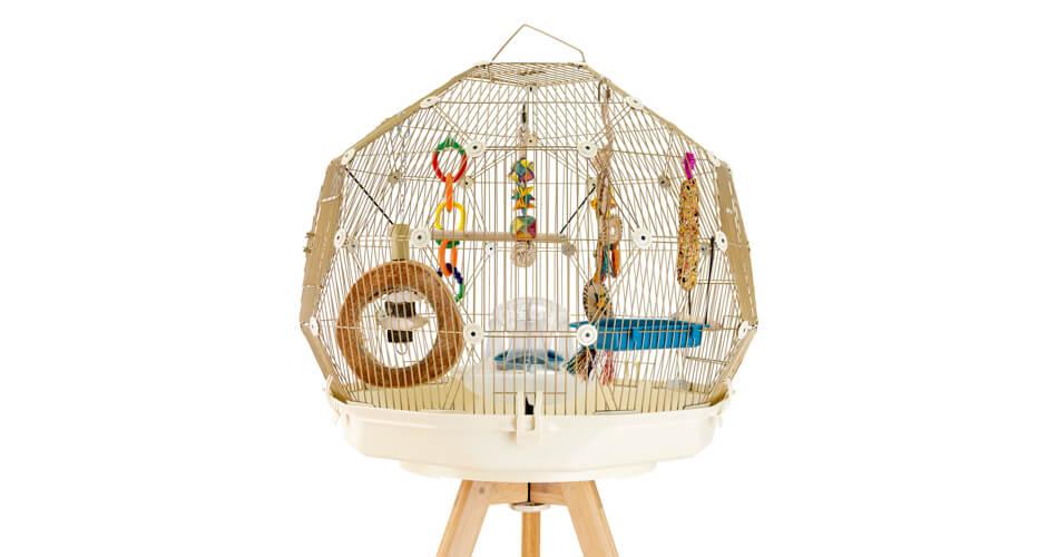 Fugleburet Geo i gull og hvitt fra Omlet, med mange underholdende leker, godbiter og et fuglebad inni.